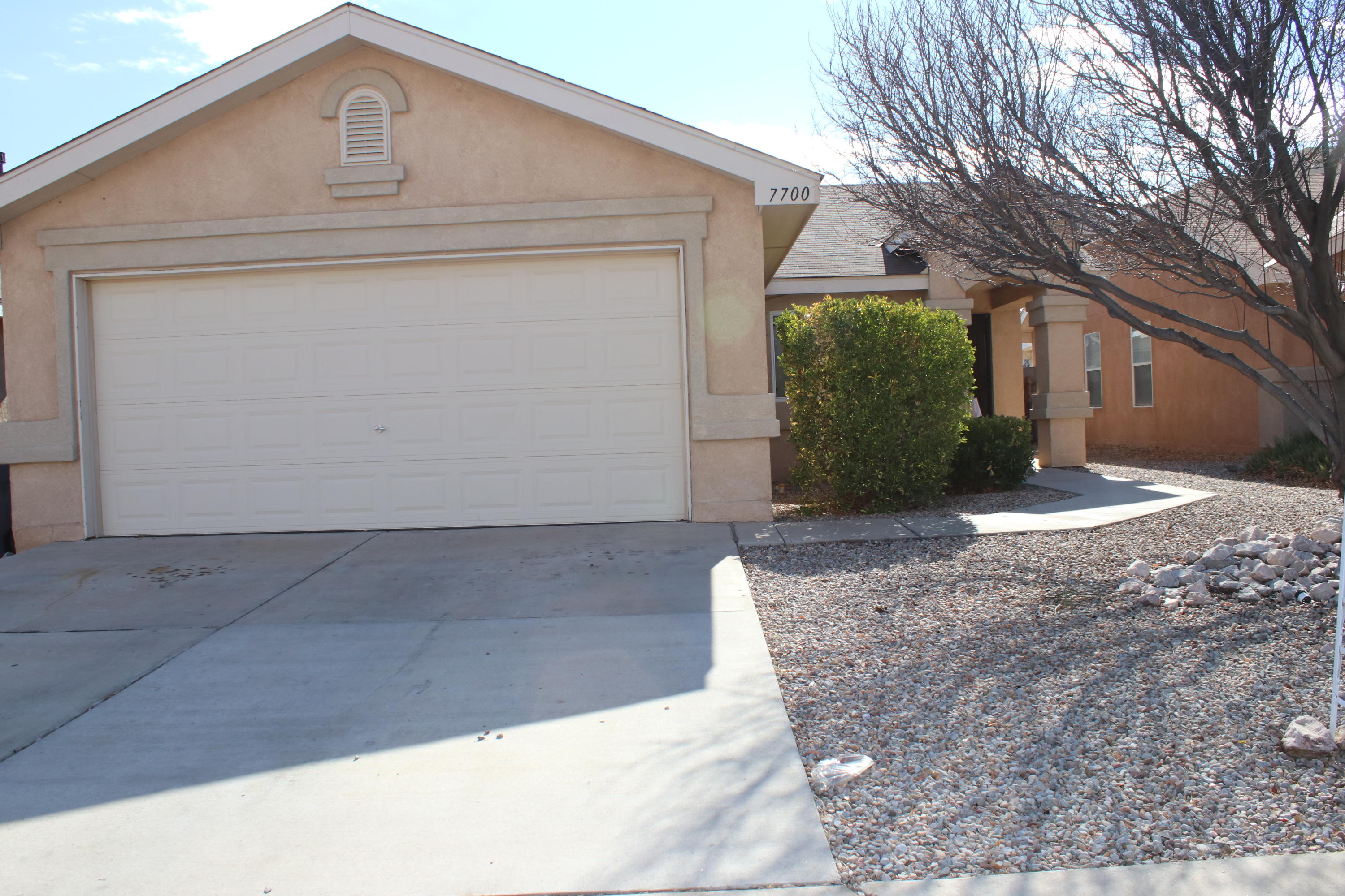Come see this beautiful home in the SW. Property is close to shopping centers, public library and easy access to I-40.