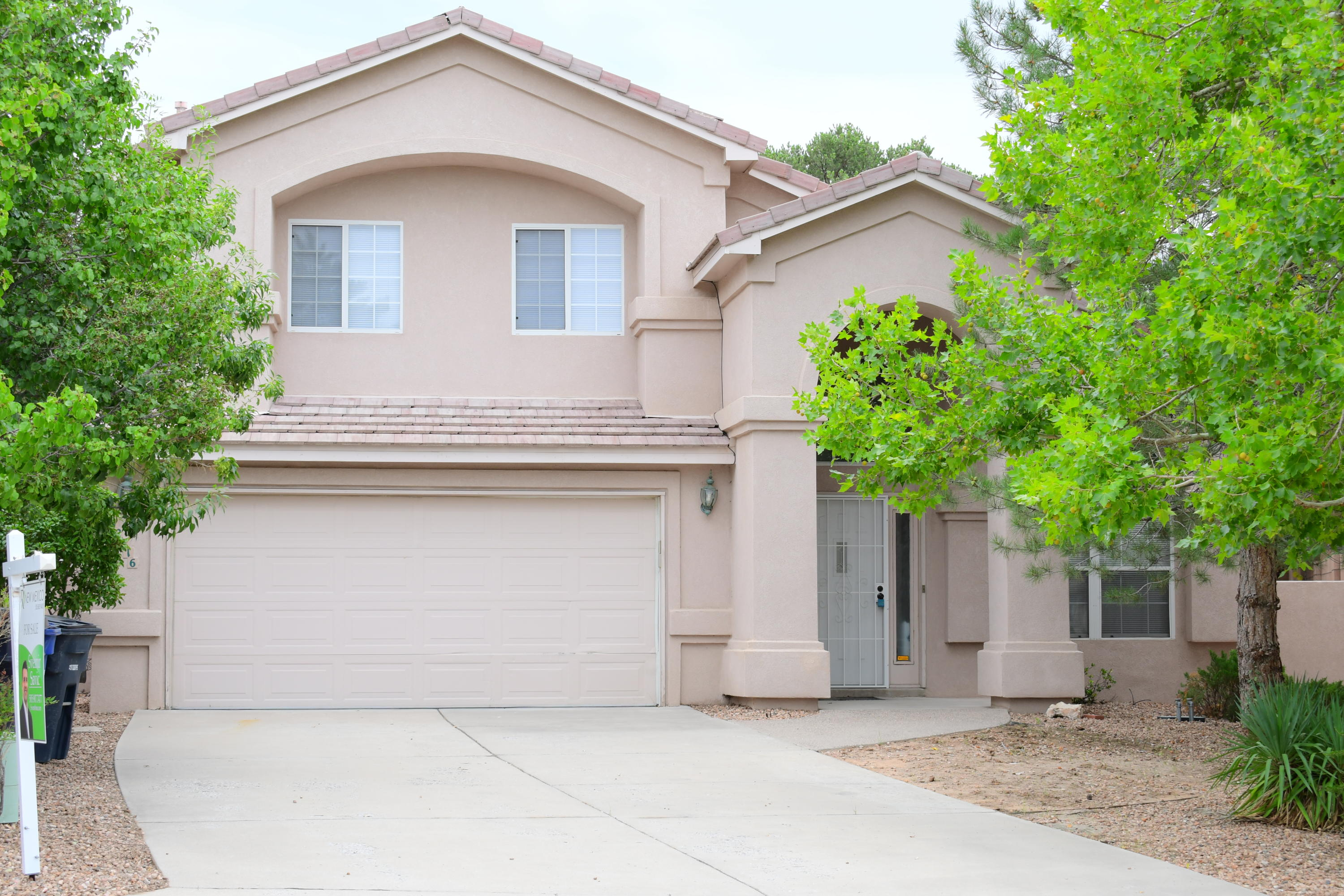 Prime location, convenient and close to shopping centers, parks,  hiking and biking trails. Home has brand new carpet, new paint, new patio doors, complete roof maintenance, new tiles in the master bath and much more.  Home features  high ceilings, 4 bedrooms, two living areas, 3 bathrooms, gas fireplace and much more.
