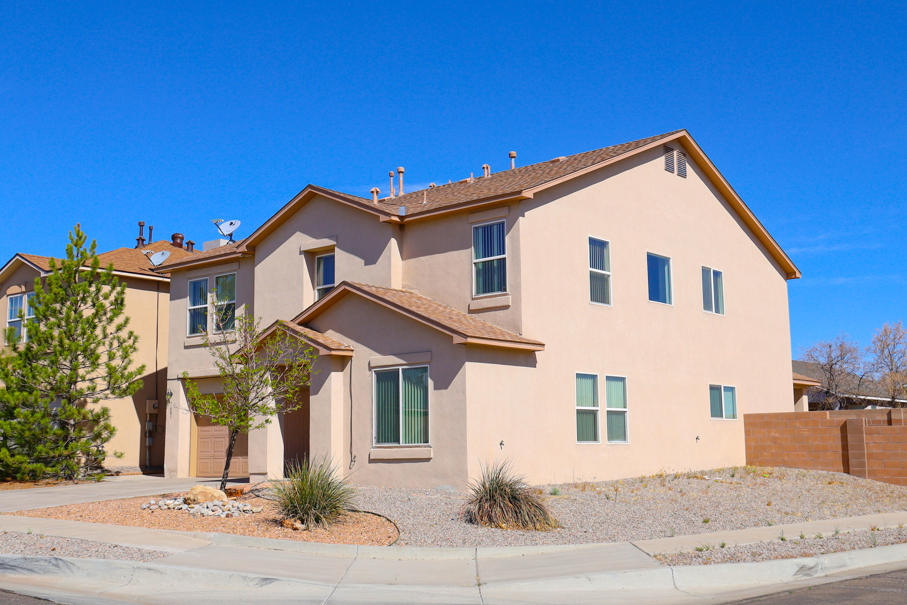 Squeeky clean two-story in prestigeous Ventana Ranch!  Open floor plan.  Kitchen will please even the pickiest chef with an island and plenty of cabinets.  Spacious  master bedroom.  Easy care Laminate flooring downstairs with plush carpeting upstairs.  Corner lot too!