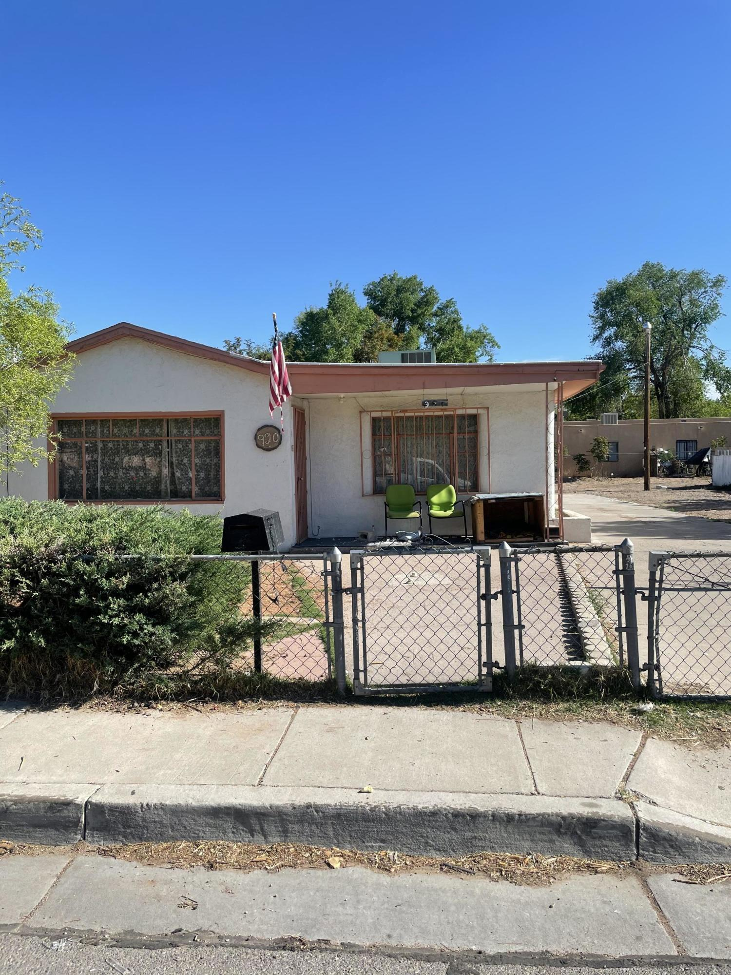 Downtown home needs your vision! Renter recently moved out but needs TLC. Great flip or rental investment opportunity! 3 Bedroom 2 Bath with ample living space. Refrigerated air.  Don't miss out on this one!