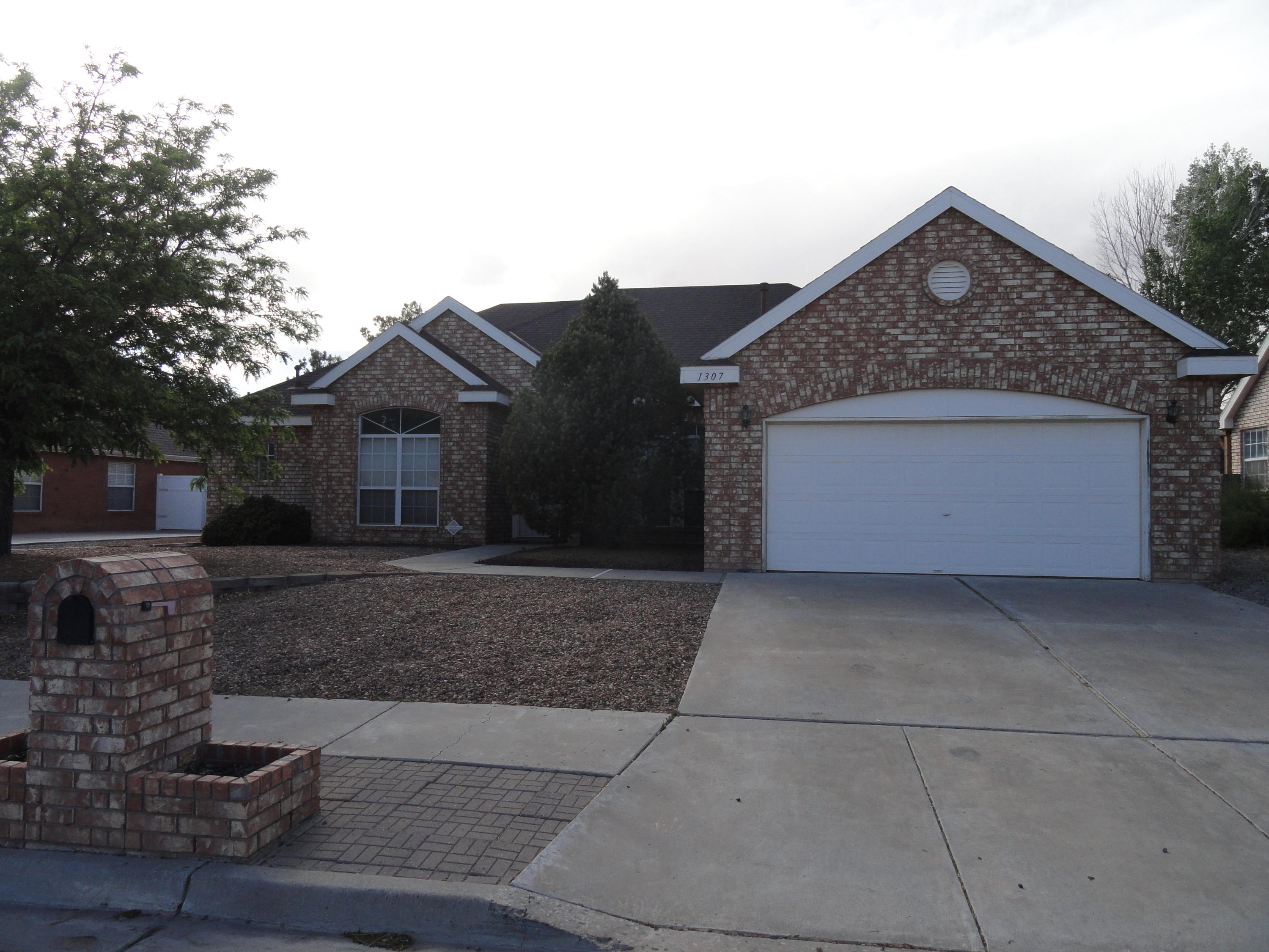 Fresh Paint. Fresh carpet and ready for a new owner. great Los Lunas location with easy freeway access. Home features 3 bedrooms, an office with a closet or 4th bedroom. Livingroom, family room, dining room plus breakfast area. Large gourmet kitchen. Laundry has stainless mud sink with gas and 220.