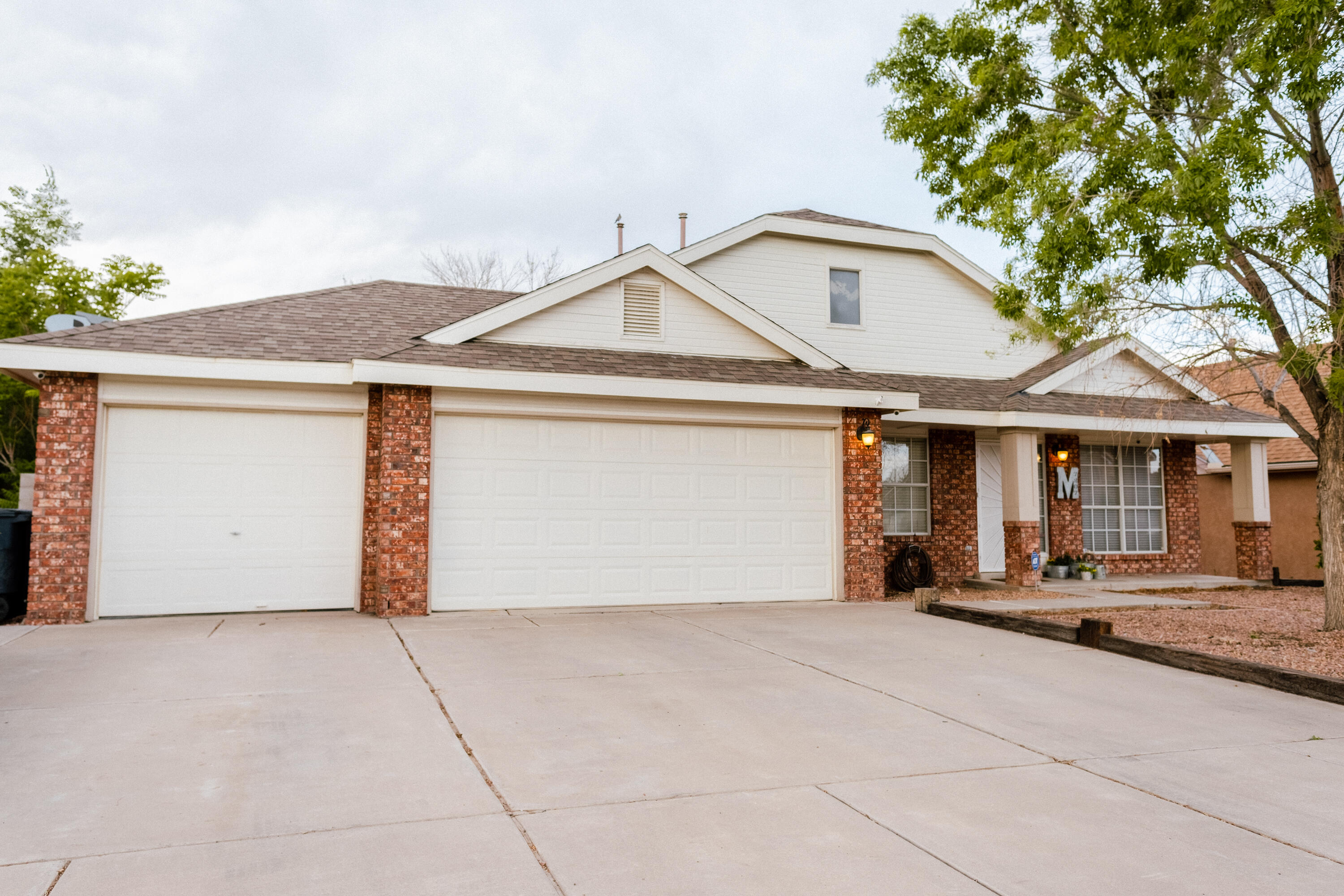 One story.  1600 square feet, 3 bedroom, 2 bath, 3 car garage! Open floor plan with gorgeous updated kitchen! Custom cabinets with stainless steel appliances. Huge covered patio with mature trees in backyard. Refrigerated air. Come see this one before its gone!