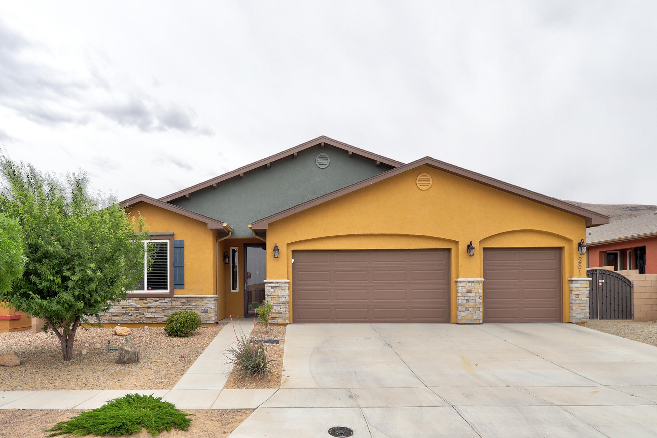 Home is located in a 55+ community.  New Carpet, Open floor plan, stainless steel appliances, easy care back yard, granite counter tops, 3 car garage, refrigerated air.