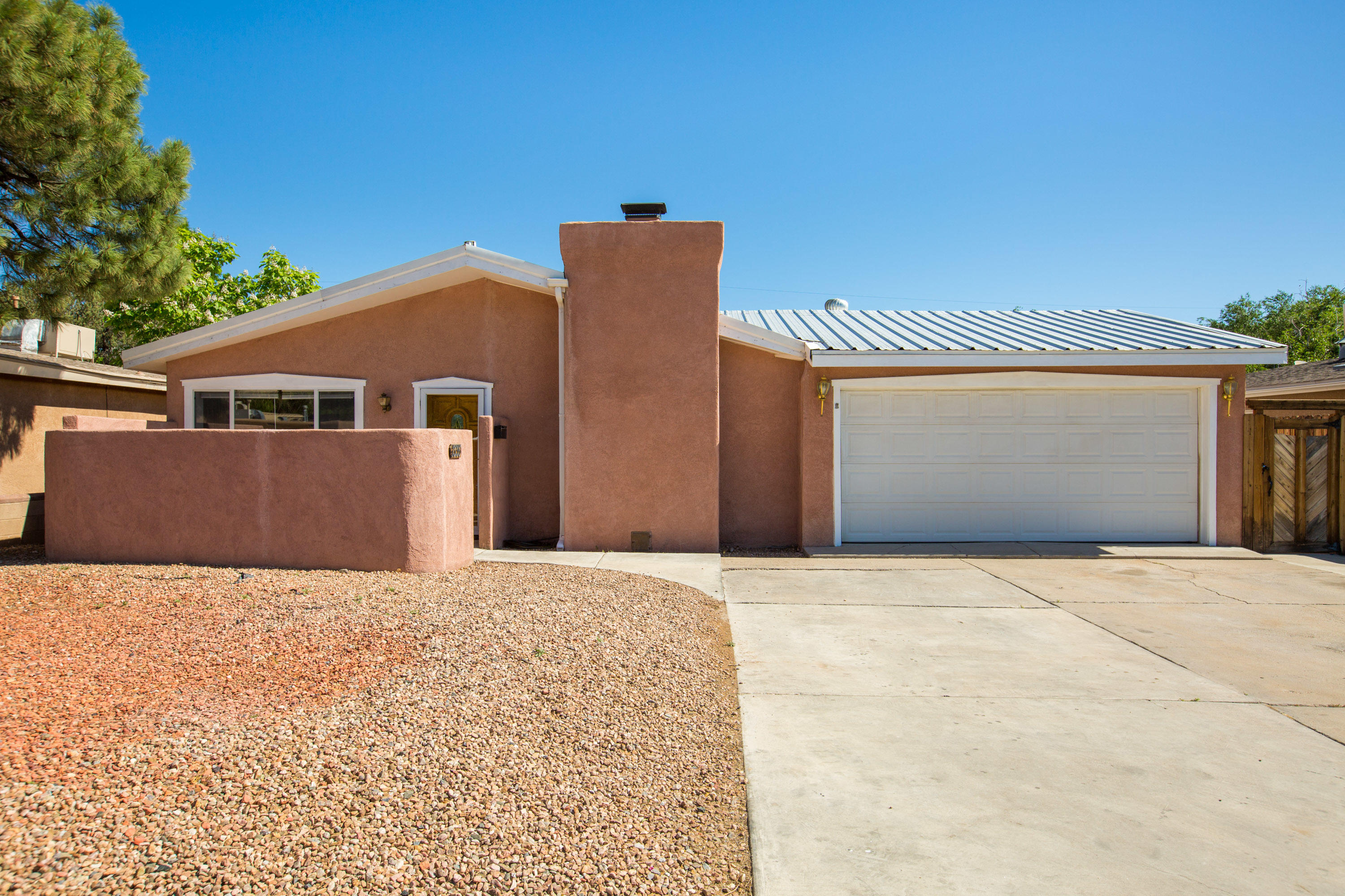 This North Valley home has a two car garage, three bedrooms, two bathrooms and bonus room. The front courtyard  is private and spacious. The fireplace in the eat in kitchen provides wonderful ambiance and solar tubes make the room bright and inviting. Pre-inspections completed  with repairs under way. New MasterCool Evaporative unit installed May 2021. Schedule a showing today, don't miss out on this great property!