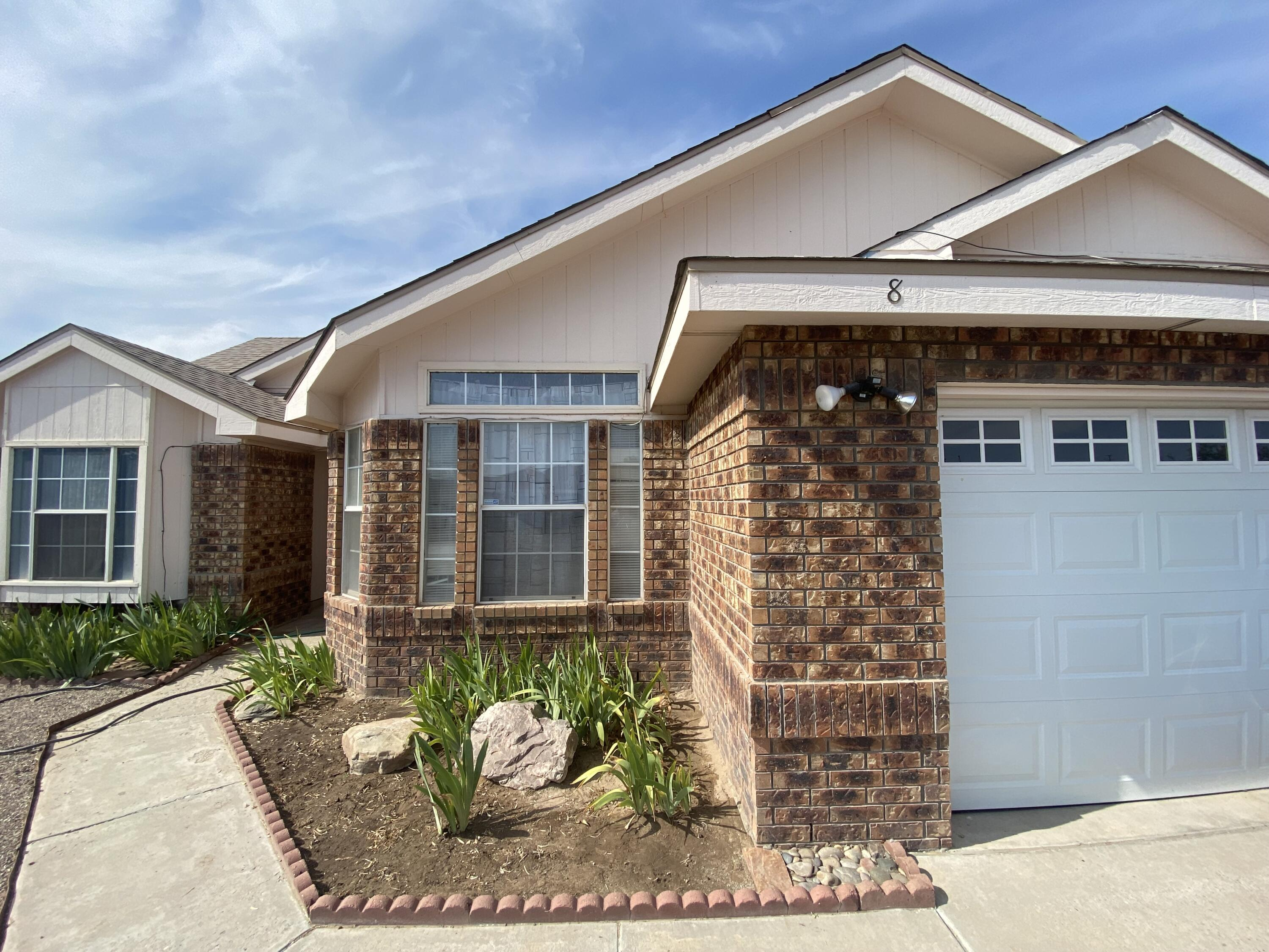 Welcome to your new Home! Well built home in the wonderful Las Maravillas Community. Great open floorplan perfect for all occasions. This is the home you have been waiting for.