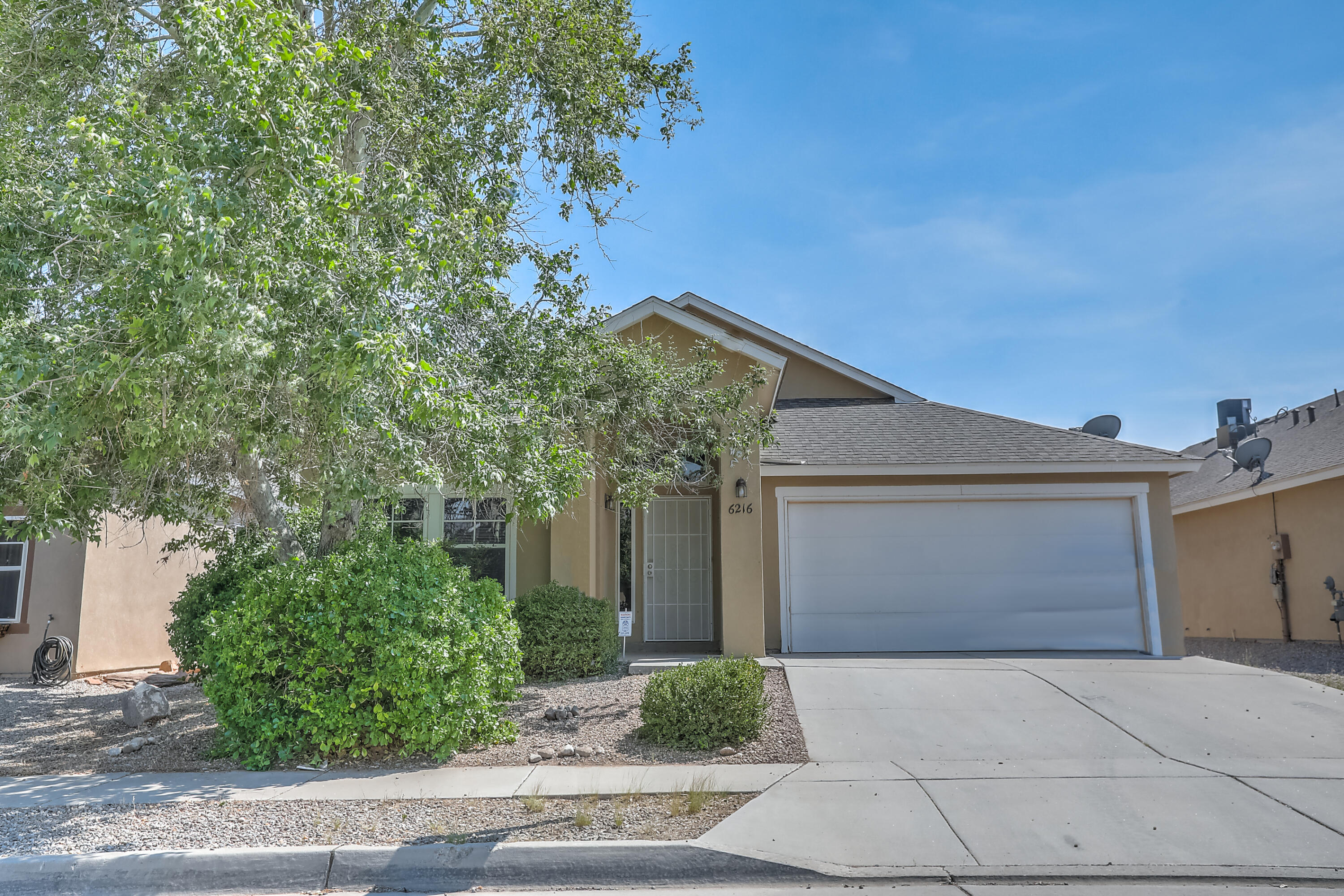 Awesome 3 bedroom, 2 full bath home! Open floor plan, with kitchen overlooking the Great room. Soaring ceilings! Private backyard. Convenient location to schools, shopping , restaurants. Large Master suite with 2 walk in closets. Garden tub