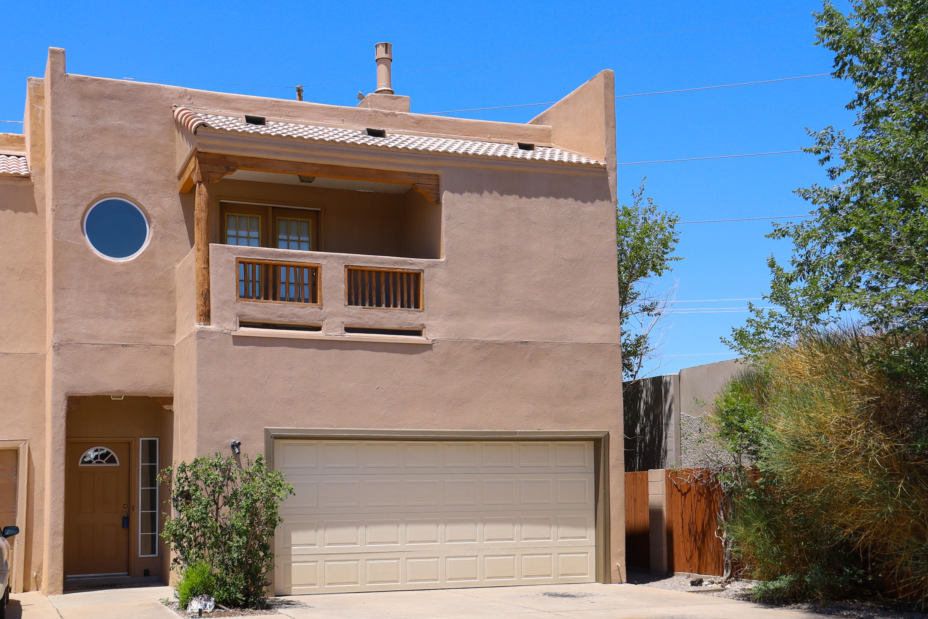 Immaculate 3BR within easy driving distance to UNM.  Open floor plan with spacious great room and cozy fireplace. Spacious master bedroom features private balcony and fireplace...truly fit for royalty! Kitchen offers plenty of work space and plenty of cabinets...even the pickiest chef will be happy! New carpet, fresh paint..ready to go!