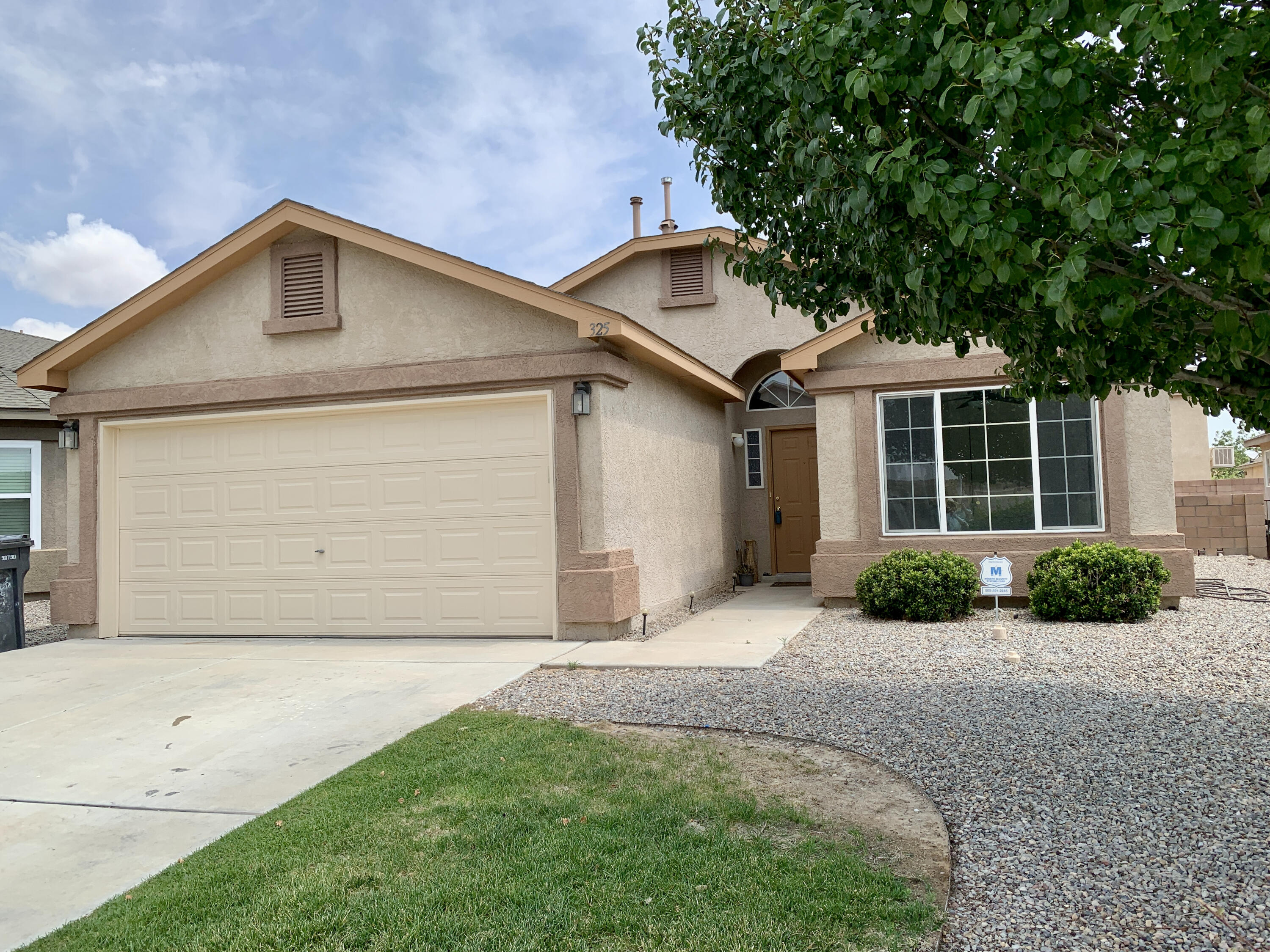 Beautiful contemporary Home in Rio Rancho3 bed 2 bath 2 Car Garage with Fresh paint, fireplace, vaulted celling contemporary tile