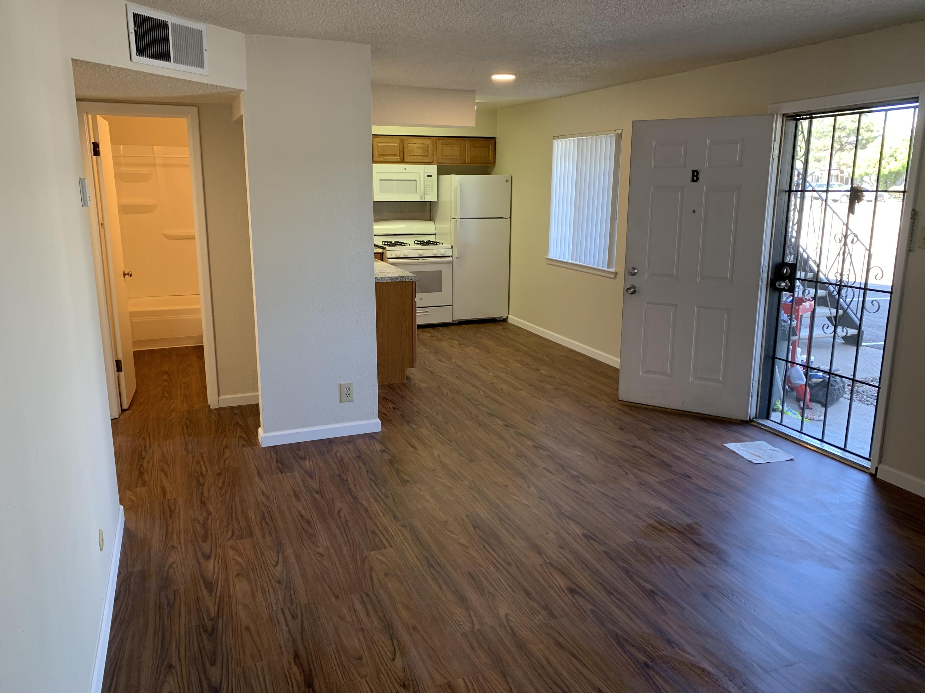 Cute, 2 bedroom 1 bath, move-in ready condo located in the heart of the city!!! 0.2 miles from Montgomery Park with lots of restaurants near by.  Perfect for First Time Home Buyers, Downsizers, or Investors.  Schedule a showing today!!