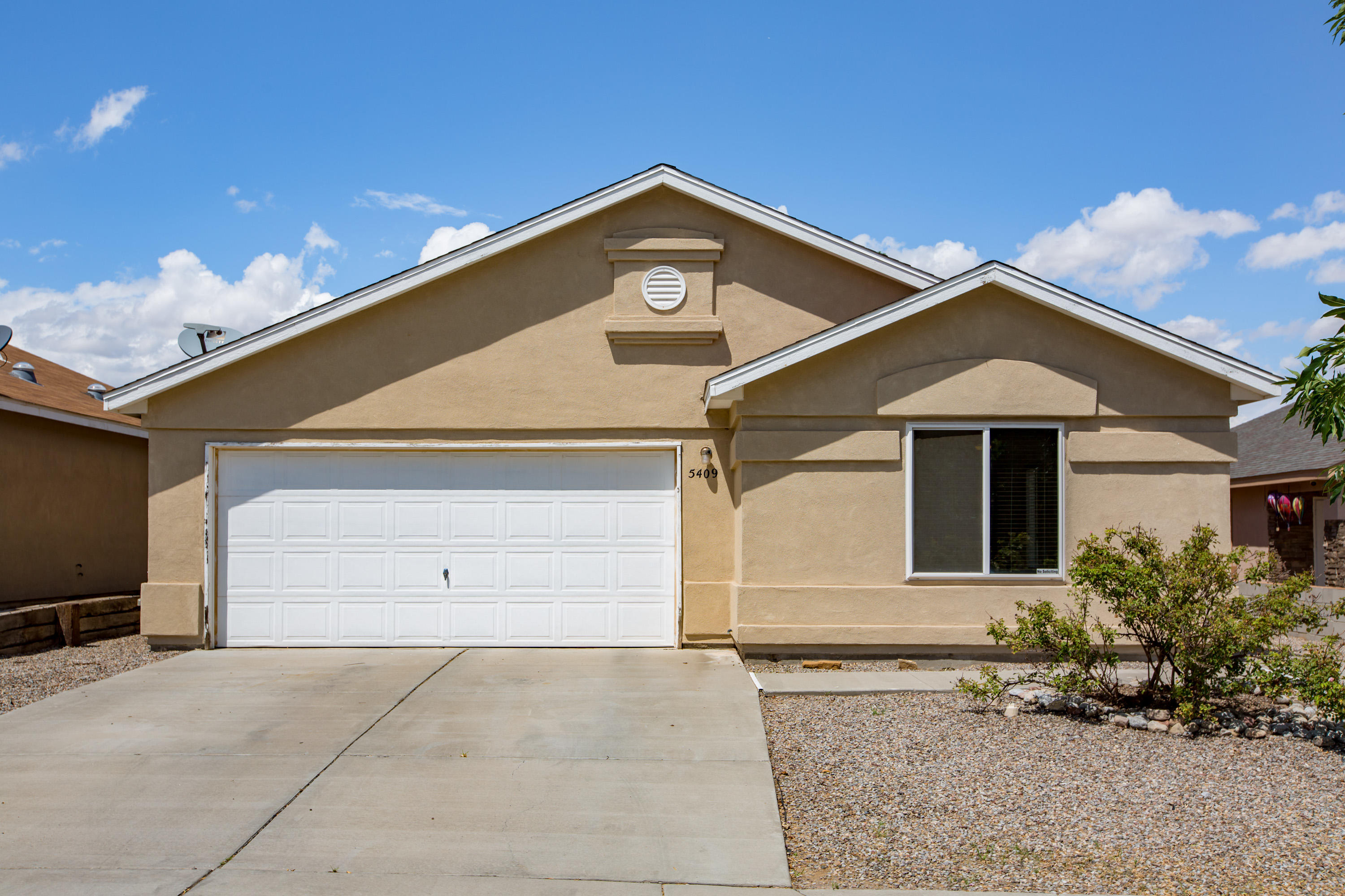 Come see this spacious 3 bedroom, 2 bathroom home equipped with stainless steel appliances, large living area, master walk in closet, master garden tub and standing shower, furnished garage, and a cozy back yard with a dog run, walled privacy and a terrace. Quick access to Paseo Del Norte, Rust Medical Center and to Rio Rancho.