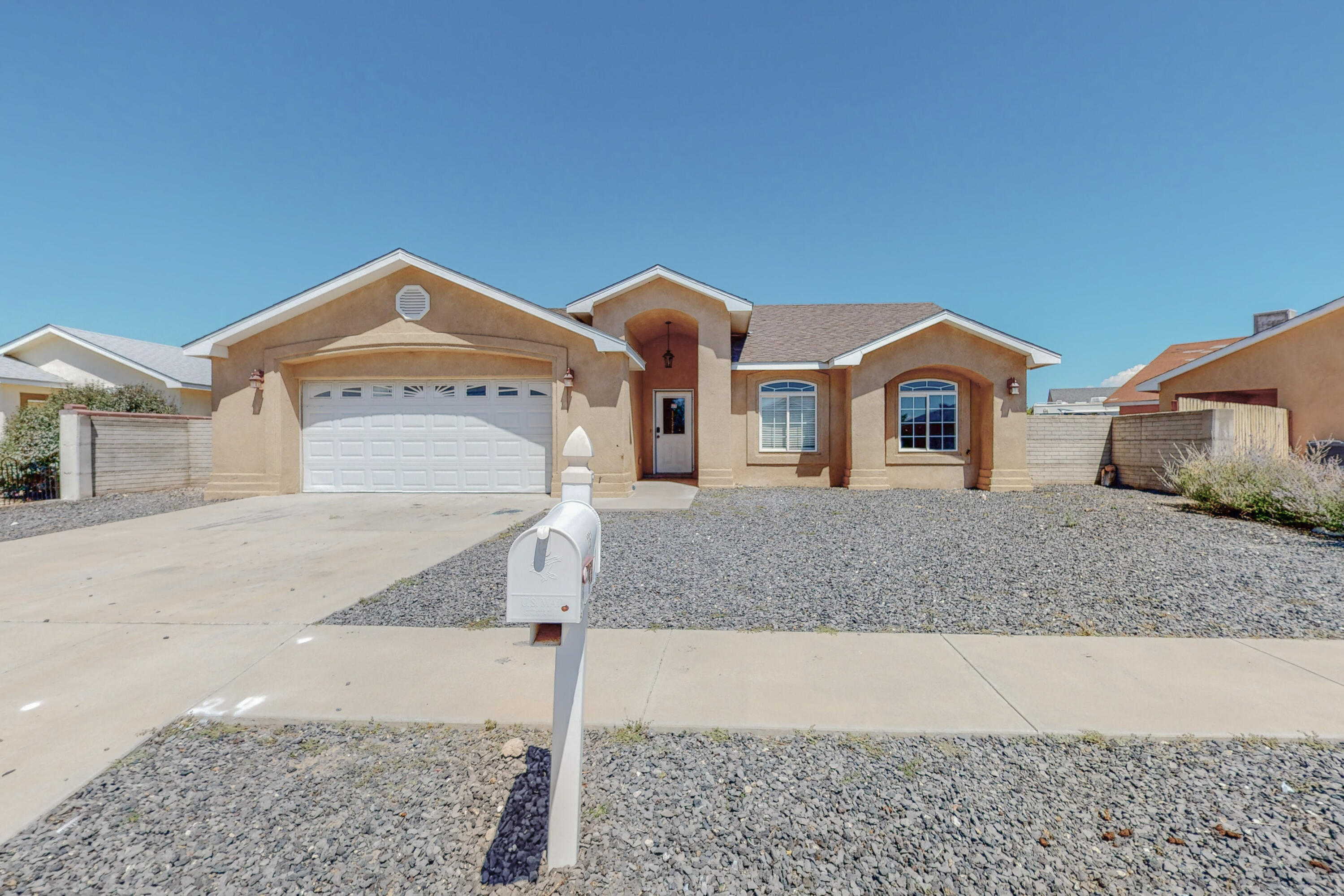 Charming home located close  to restaurants, shopping & so much more. Easy access to I-25 for commuting to work. This 3 bedroom 2 bath is a great place to call home.