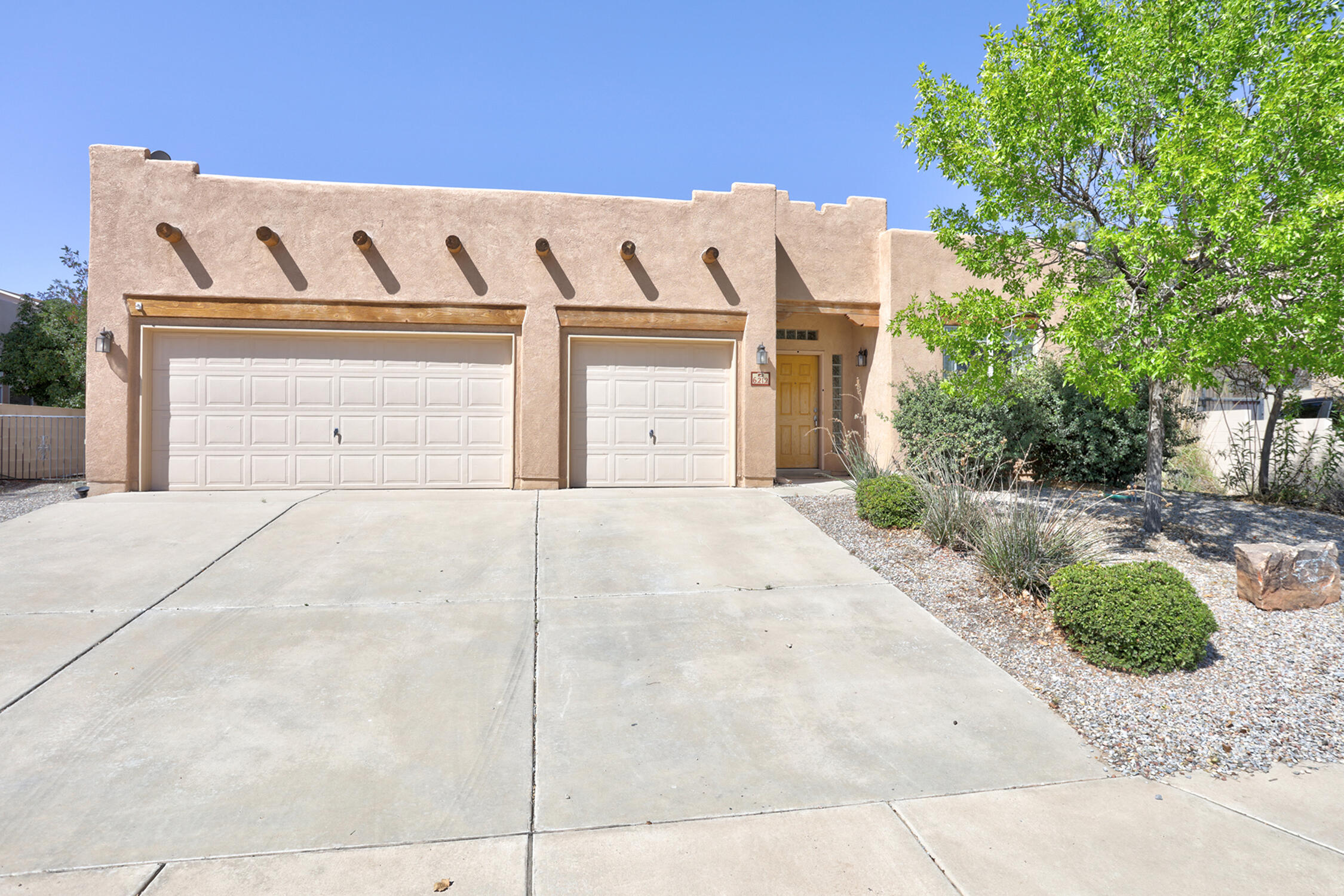 Welcome home to this 3 car garage single story home. This home features wood accents throughout, Master suite fireplace, dining room that could be used as an office, and a duel internce to the second bathroom. This home is located in north Rio Rancho close to shopping and resturants along with easy access to interstate 550 for Sante Fe or 528 to get into ABQ.