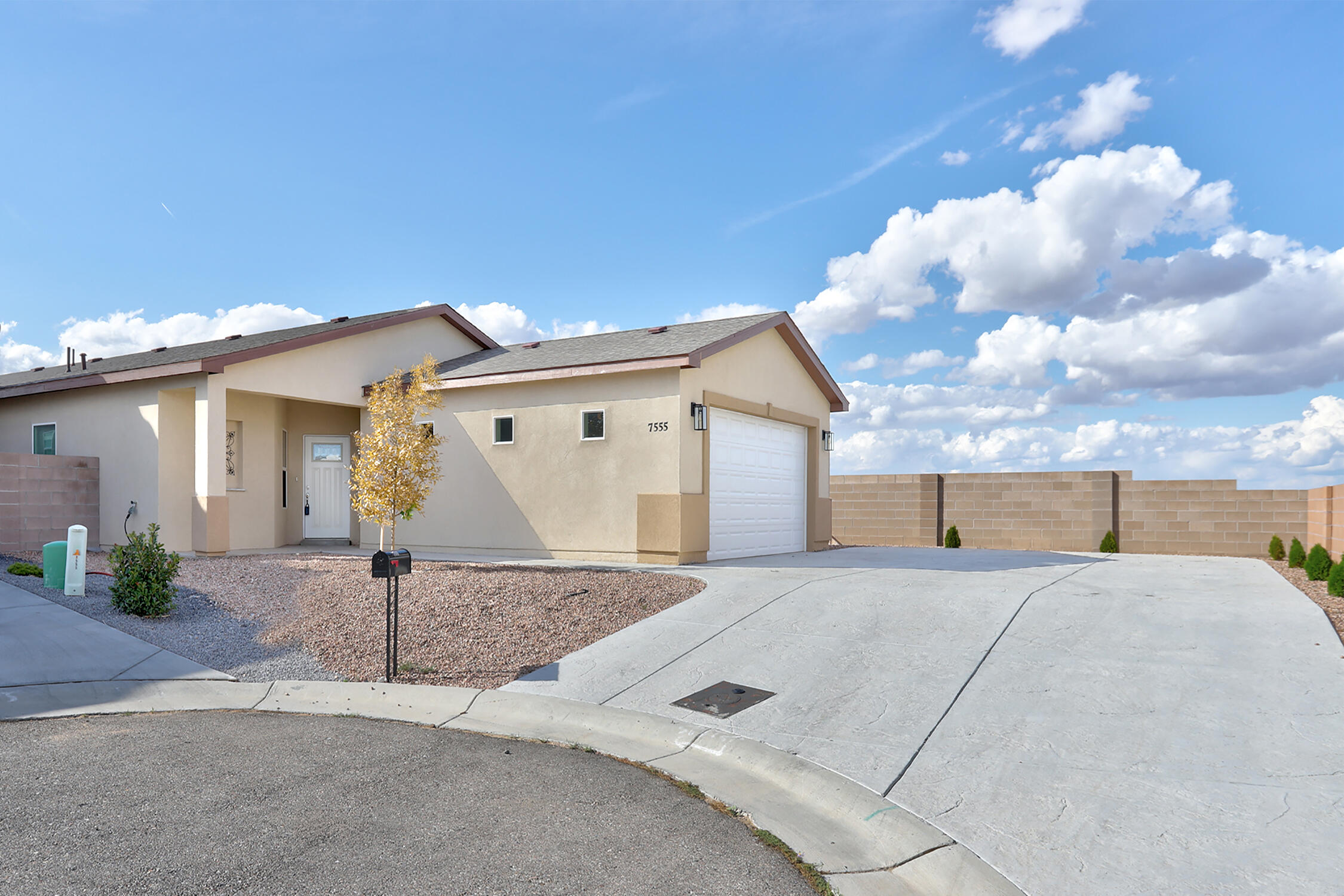 Gorgeous Ventana Ranch property built in 2018. This bright and modern open floorplan home boasts 9-foot ceilings, REFRIGERATED AIR, and beautiful granite counter tops in the kitchen and bathrooms. A great kitchen with Samsung appliance package, and a large kitchen island. Living room has a gas log fire place with a quartz hearth. The windowsills and laundry counter are also quartz. Master bath includes soaking tub, walk-in closet, double sinks, and a granite sitting bench in shower. Check out this stunning home today!