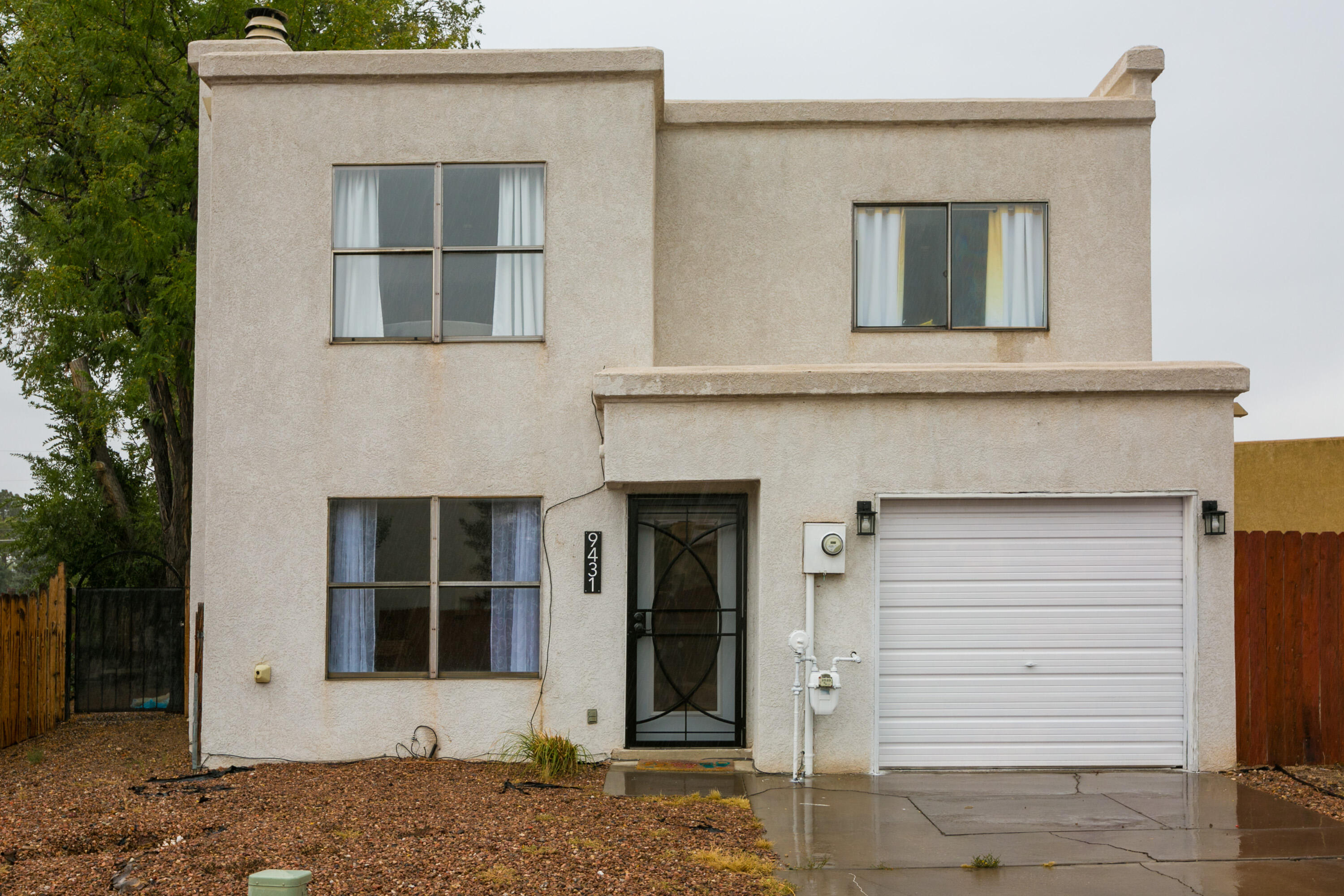 Super cute, clean and cozy 2 bed 3 bath home on a quiet street. Close to parks and shopping. Newer appliances and a fantastic back yard!